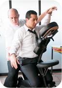 Le massage Amma assis se délivre sur une chaise ergonomique