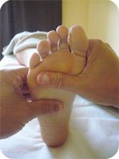 La réflexologie plantaire est un massage* complet des pieds et des mollets permettant de remettre toute l'énergie du corps en mouvement